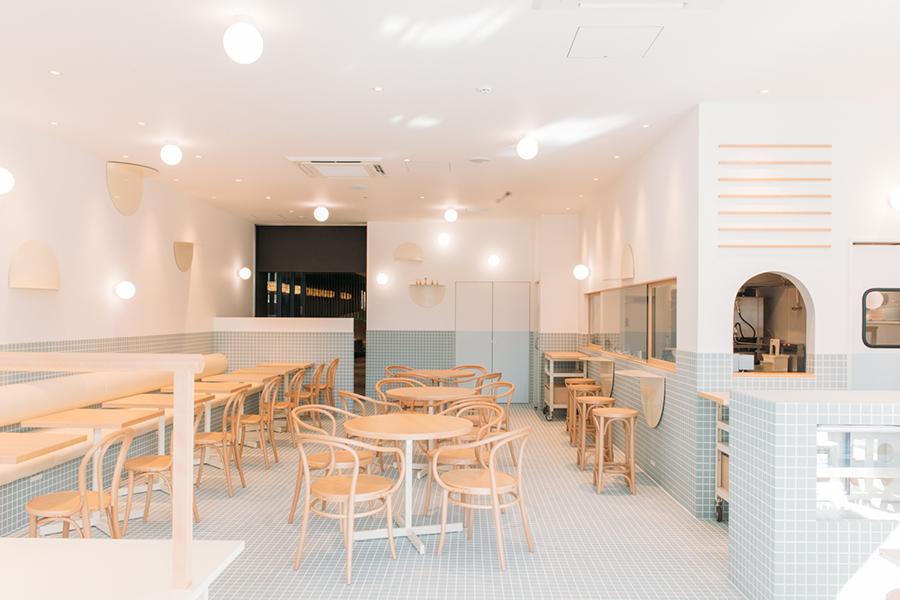 淡いパステルブルーのタイルが可愛い『お天気パーラー』店内。「やぐゆぐ道具店」によるインテリアデザイン(画像提供 青春)