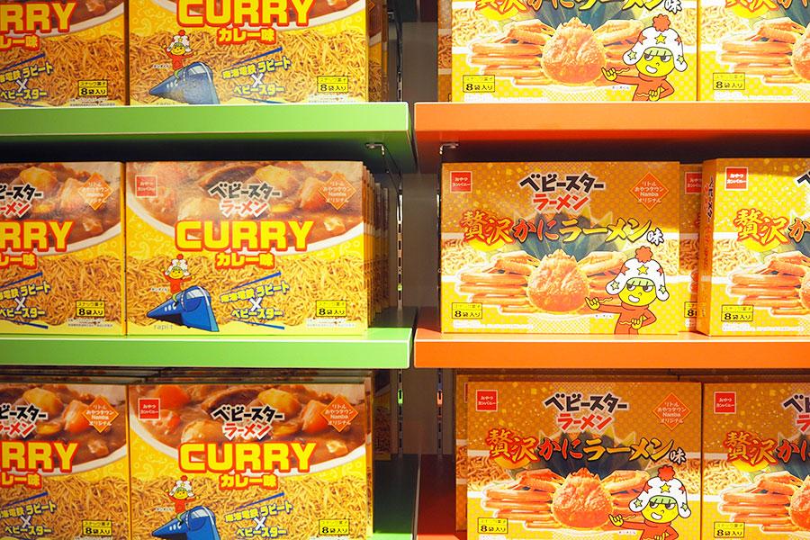 同店限定の南海電車のラピートとコラボした「カレー味」、「贅沢かにラーメン味」(共に713円税別)