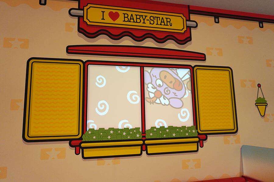 店内にはプロジェクションマッピングが流れ、楽しい空間を演出