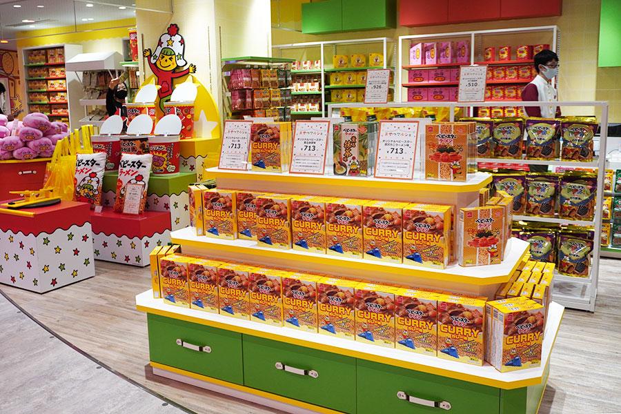 大阪店限定商品や関西限定商品など約80種類ものオリジナル商品が揃う「おやつマルシェ」
