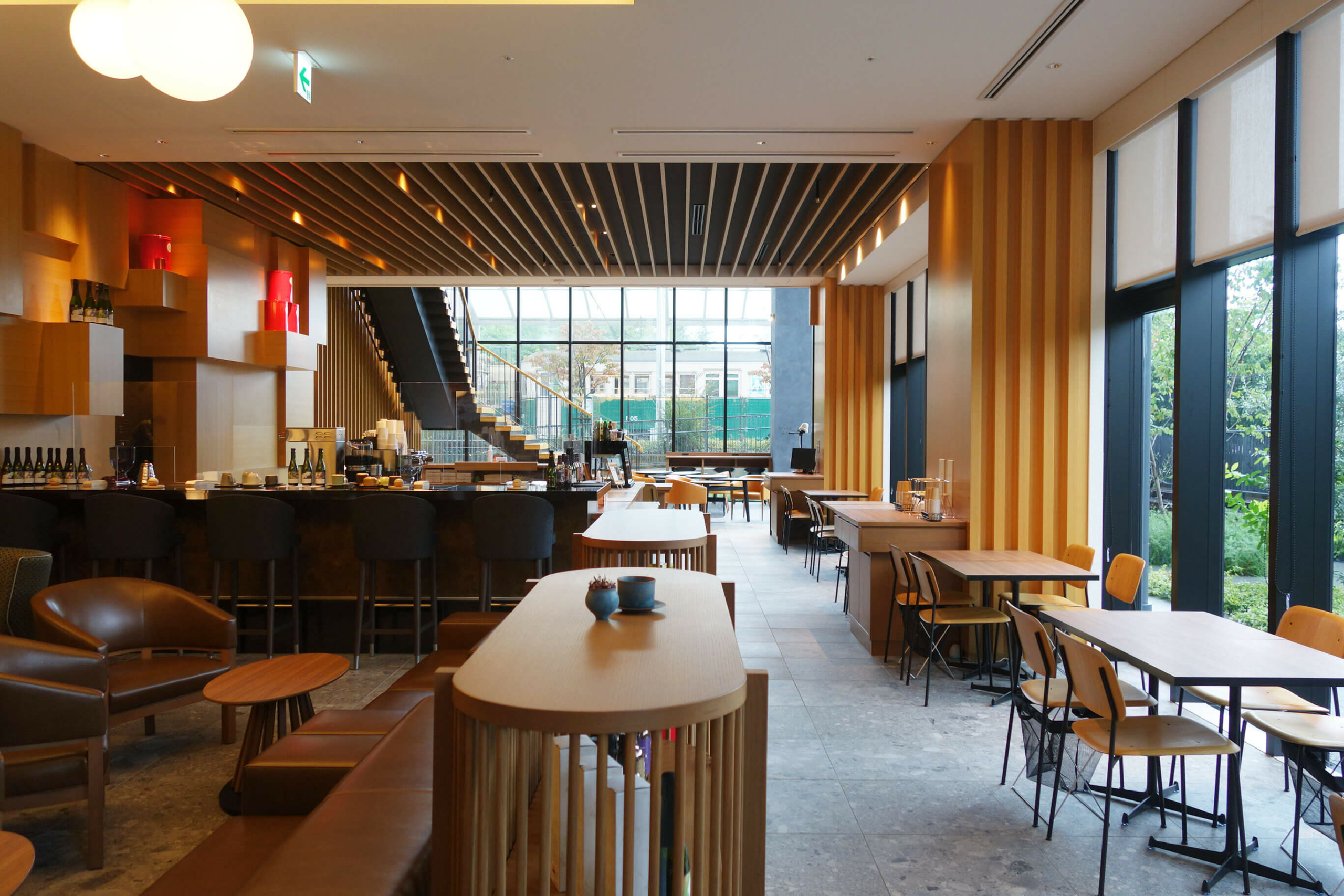 カフェでは、ミカフェートのコーヒー、ムレスナティーとスイーツを楽しめる
