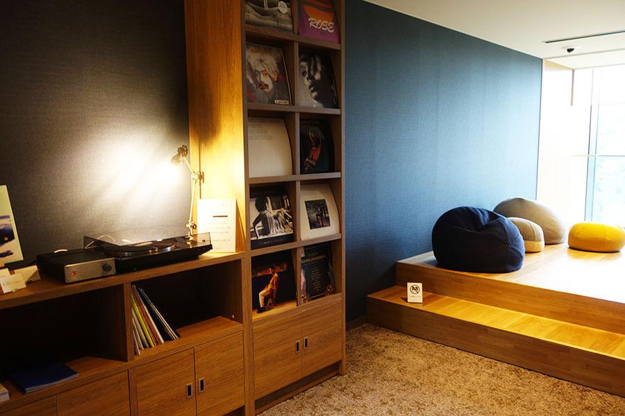 自分で好きなレコードをかけて楽しめる共有スペース