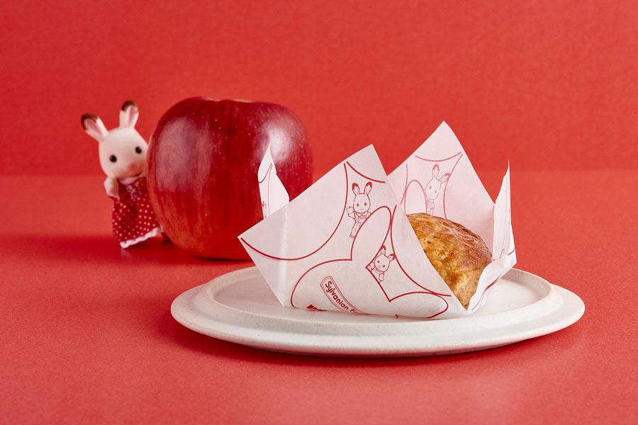 「RINGO」 の象徴的なパターンの中に、ウサギ型を加え可愛らしいコラボデザインに※パイの包装紙は、焼きたてカスタードアップルパイのみ