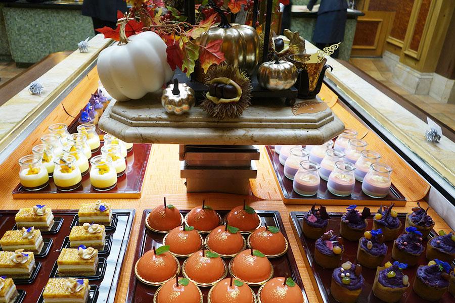 手前は左からチョコレートケーキ、りんごパイ、紫芋のカップケーキなど