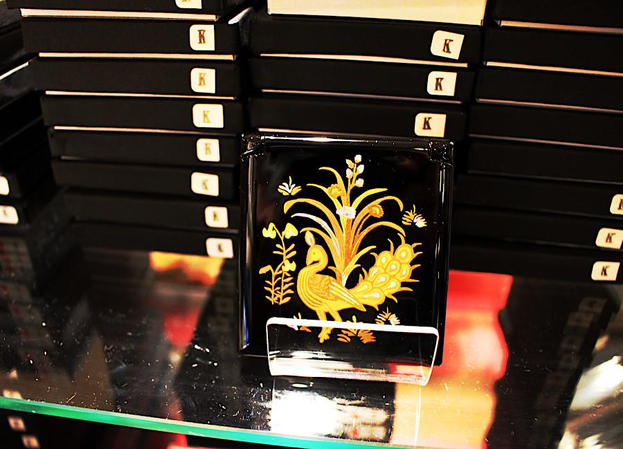 人気のコンパクトミラー。今年の宝物デザインは、『孔雀文刺繡幡(くじゃくもんししゅうのばん)』