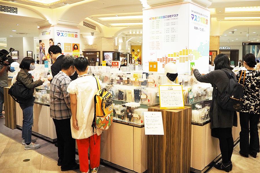 開店直後から、多くの女性客らが様々な柄に足を止め、マスク選びを楽しんでいた