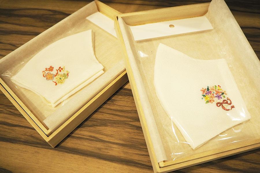 最高級の蚕・小石丸を使った絹100%の生地に、東京「大羊居」の江戸刺繍が施されたフォーマルウェア向きマスク(19800円税別)