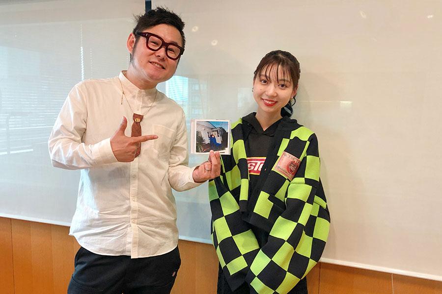 FM大阪『LOVE FLAP』にゲスト出演した竹内アンナとDJの下埜正太(7日・大阪市内)