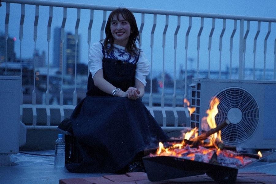 ビルの屋上で、焚き火を前に語り始める百田夏菜子(C)NHK