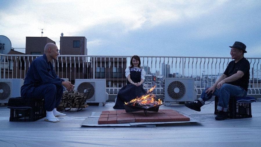 左から『魂のタキ火』で焚き火を囲み語り合う松本紹圭氏、百田夏菜子、泉谷しげる(C)NHK