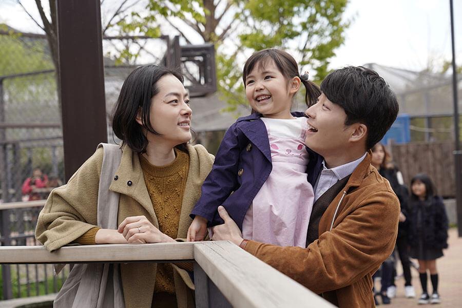 曽根一家が家族で訪れた「京都市動物園」。妻の曽根亜美役は、市川実日子。(C)2020 映画「罪の声」製作委員会