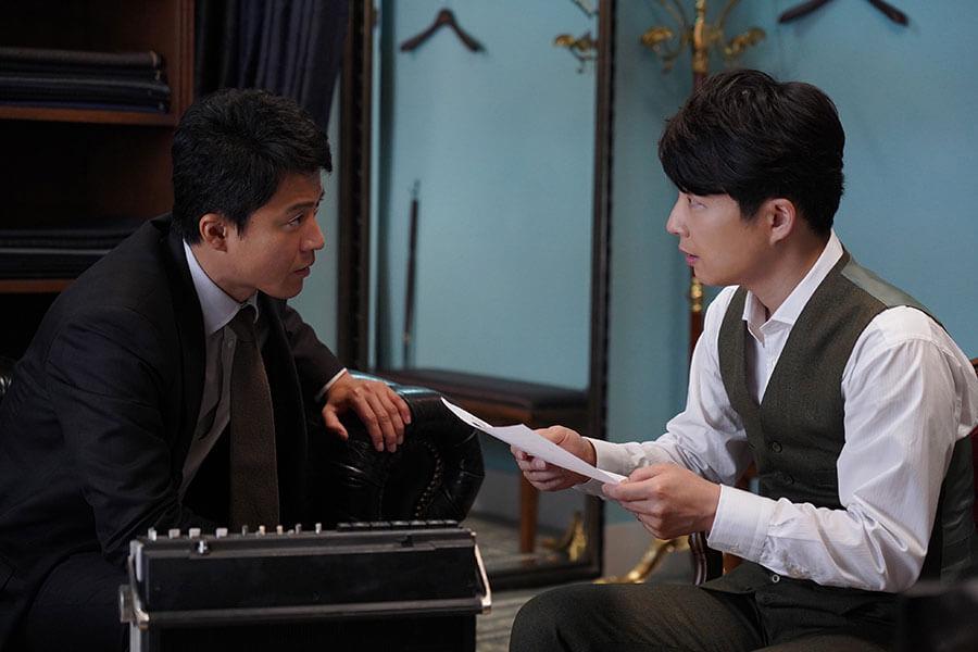 真実を突き詰めるにあたって、徐々に打ち解けていく阿久津英士(小栗旬)と曽根俊也(星野源)。(C)2020 映画「罪の声」製作委員会