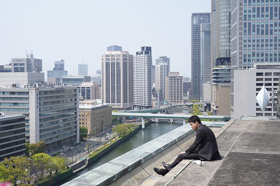 大阪と京都でのロケが多く、中之島にあるビルの屋上で撮ったワンシーン。(C)2020 映画「罪の声」製作委員会