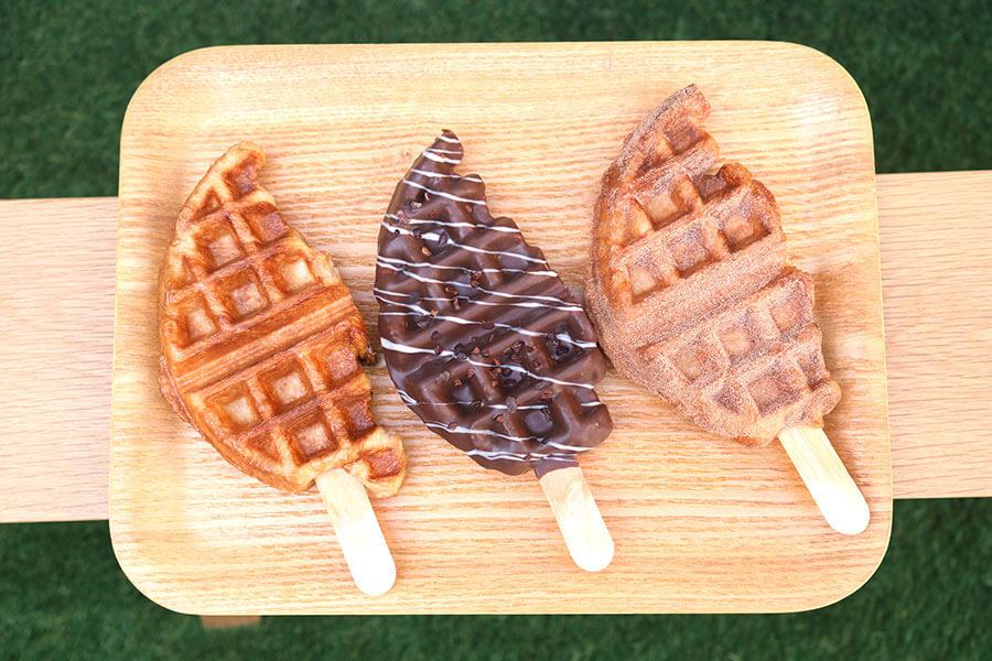左から定番の「プレーン」(300円)「ミルクチョコレート」(500円)と、季節限定の「シナモン」(330円)