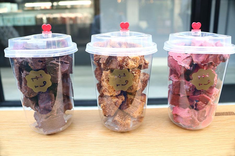 左から「チョコレートラスク」(650円)、「ワッフルラスク」(550円)、「ストロベリーラスク」(650円)。タピオカドリンクのようなビジュアル