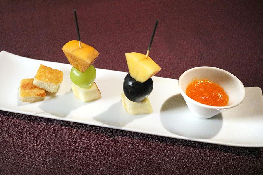 フルーツの食べ比べは、その時期最高の状態のフルーツを使用するため、10日毎に変更。柿ミルクのミニフレンチトーストには、砂糖不使用の完熟柿ソースをつけていただく