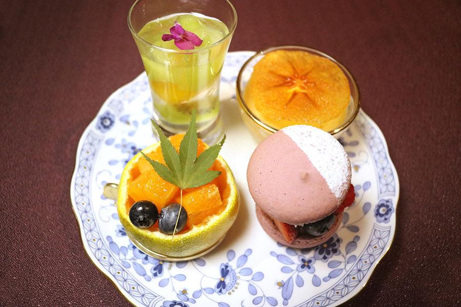 1段目は、フルーツゼリー、みかんボート、完熟柿ミルクプリン、ビッグベリーマカロン