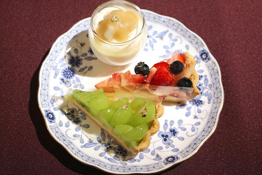 2段目は、選べるタルト2種と洋梨のティラミス