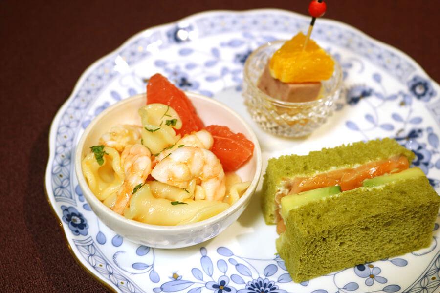3段目は、ルビーグレープフルーツとエビのパスタ、パテ・ド・カンパーニュ オレンジ添え、アボカドとスモークサーモンのサンドウィッチ