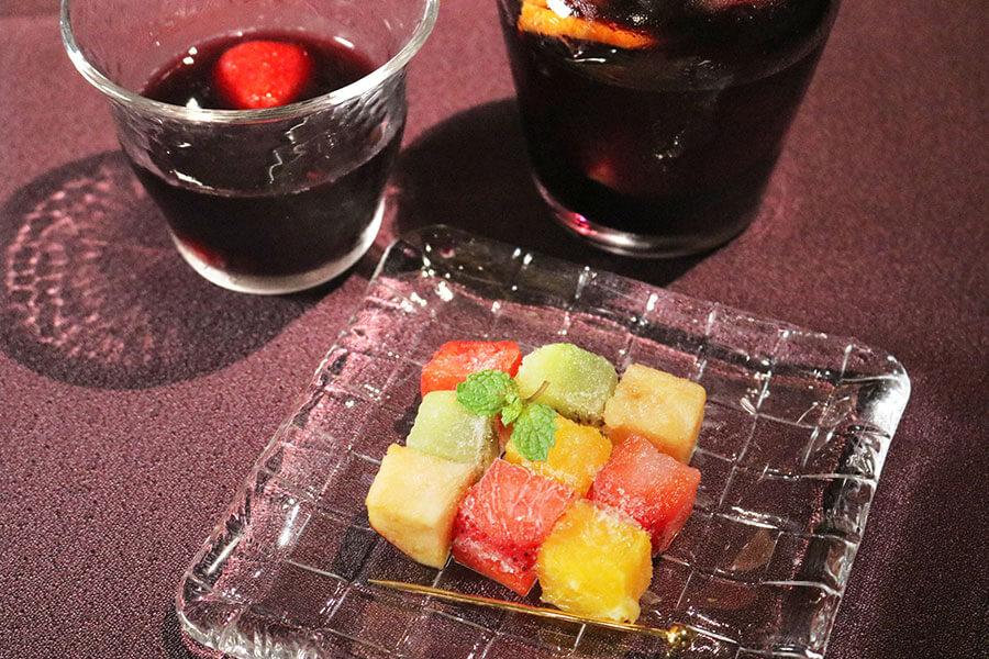 「アイス果実キューブのサングリア」(グラス1,300円、デキャンター2,200円 税サ別)は、アフタヌーンテイーを注文すると300円引きに。果実のアイスキューブは、サングリアに浮かべると、フルーツの旨味をあますことなく楽しめる