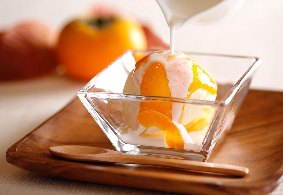 カフェ&グルメショップ カフェベルで11月1日〜30日まで提供される柿のアフォガート。アイスクリームの上に、柿の温かいソースをかけて。550円(税別)