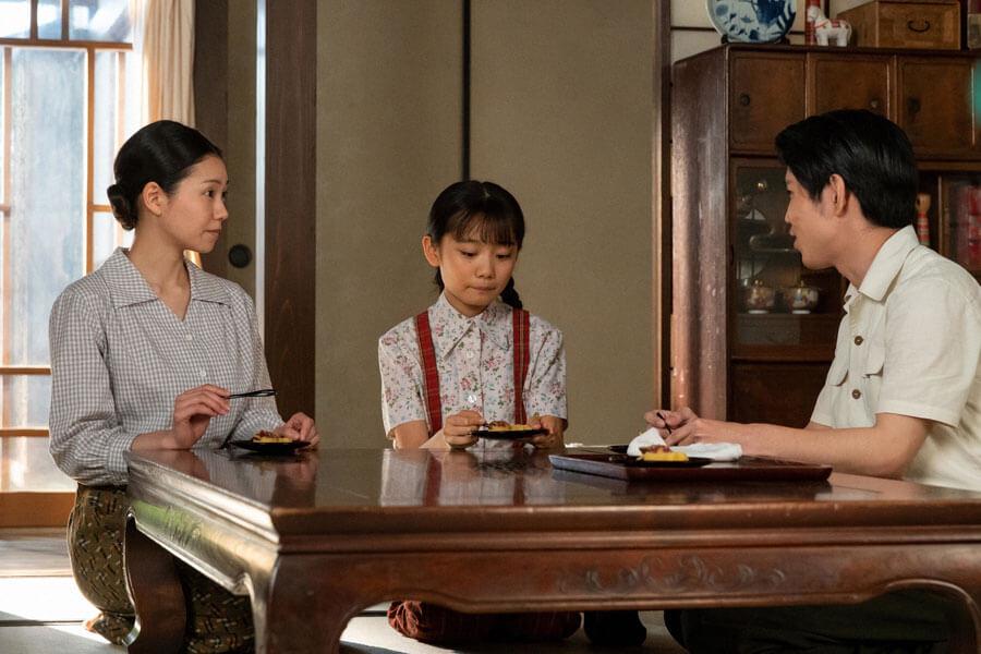 左から福島に疎開してきた音(二階堂ふみ)と娘の華(根本真陽)、裕一の弟・浩二(佐久本宝)(C)NHK