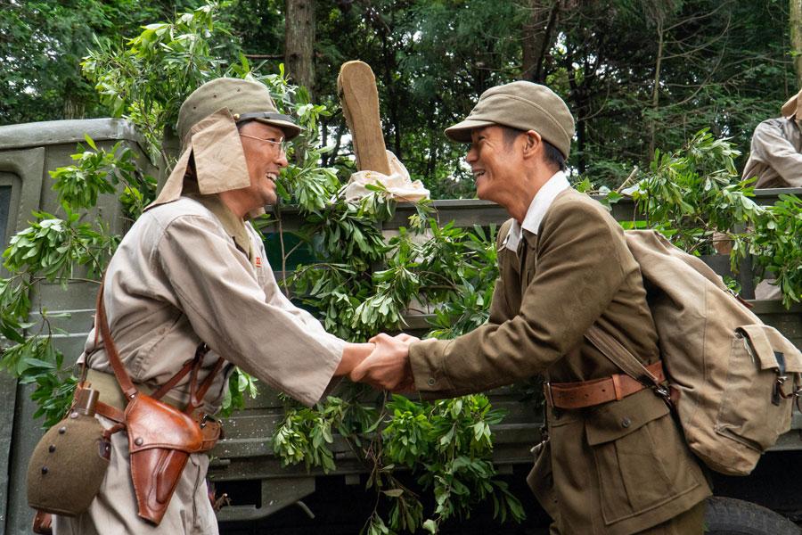 ビルマで再会した裕一(窪田正孝)と藤堂先生(森山直太朗) (C)NHK