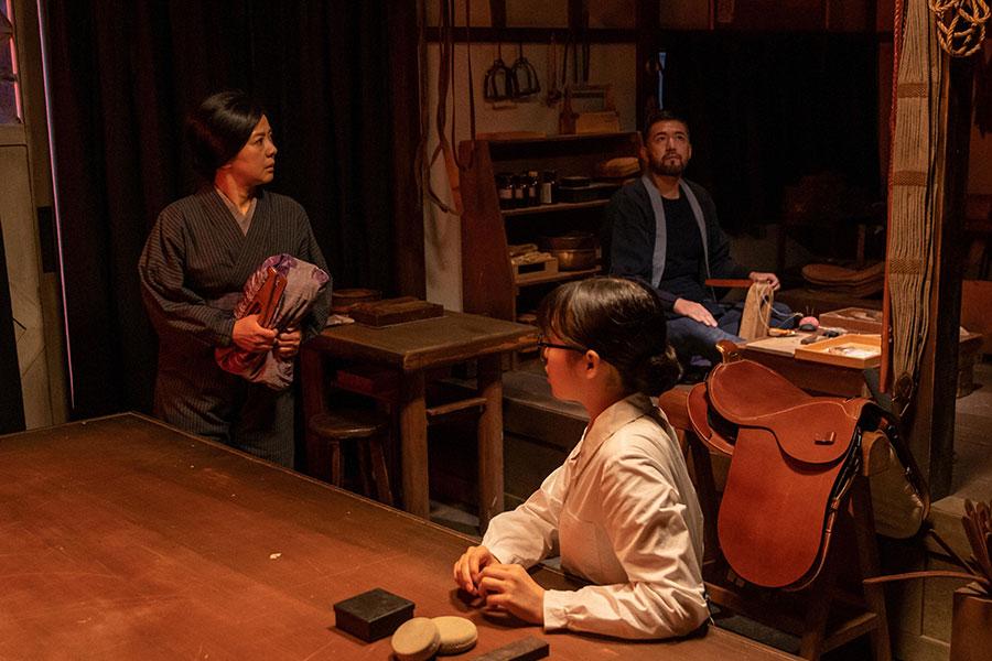 息を潜める関内家の一同。左から光子(薬師丸ひろ子)、梅(森七菜)、岩城新平(吉原光夫)(C)NHK