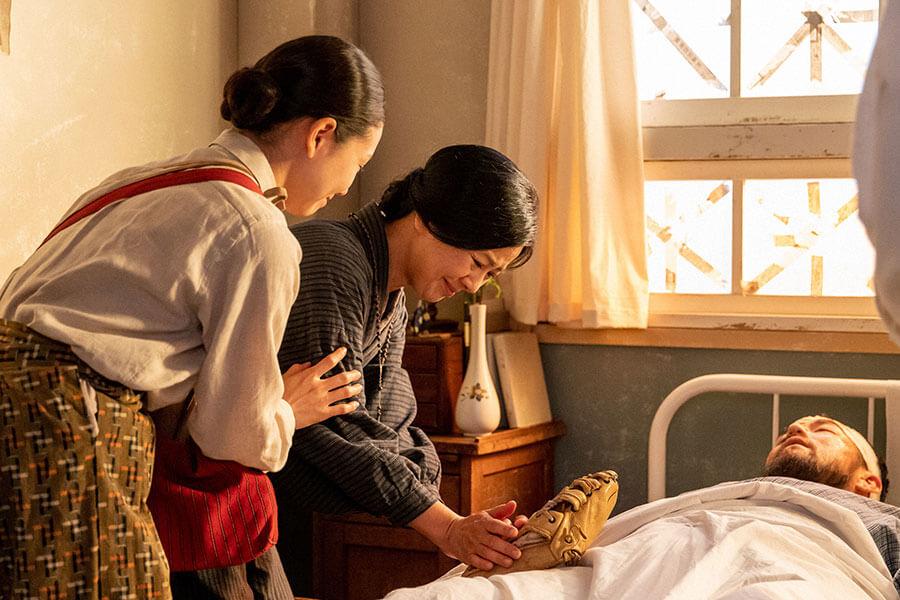 入院中の岩城(吉原光夫)を見舞う音(二階堂ふみ)と母・光子(薬師丸ひろ子) (C)NHK