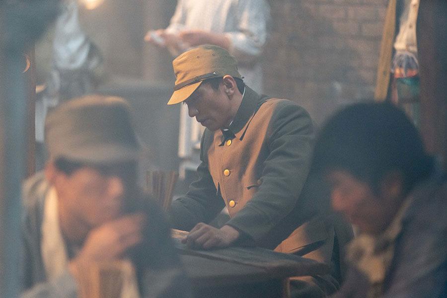 陸軍の元軍人で、復員して就職先を探す吟の夫・智彦(奥野瑛太) (C)NHK