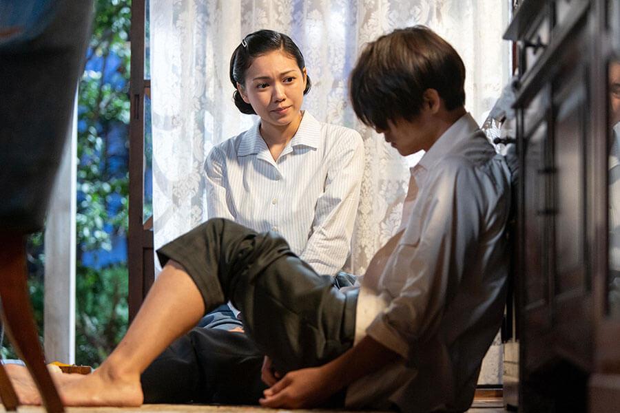 作曲への気力がわかずにいた裕一(窪田正孝)を支える妻・音(二階堂ふみ) (C)NHK