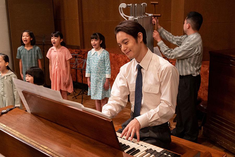 新しく作った曲を演奏する裕一(窪田正孝) (C)NHK