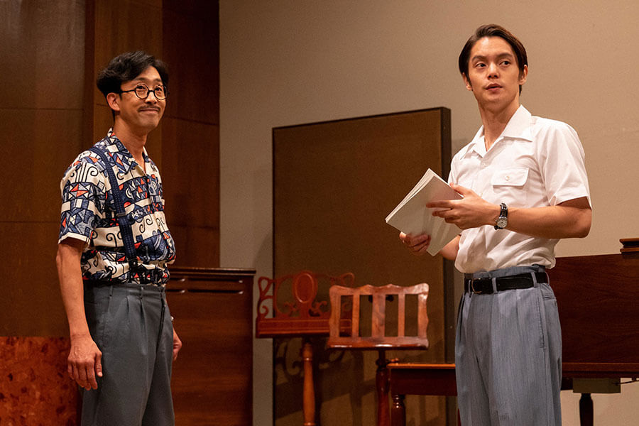 劇作家の池田二郎(北村有起哉)と裕一(窪田正孝) (C)NHK