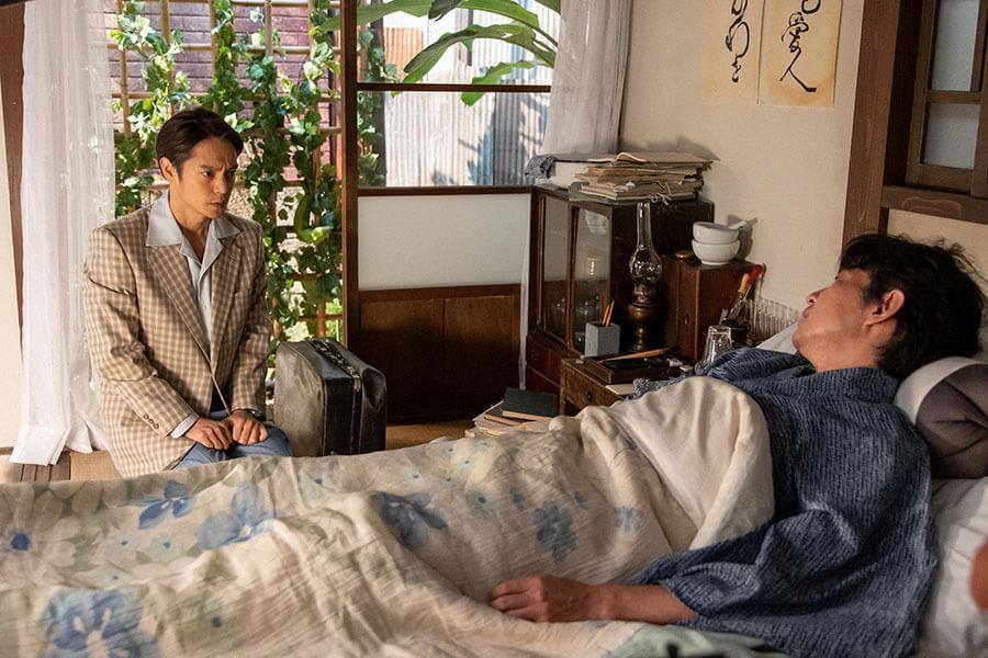 『長崎の鐘』原作者の永田武医師(吉岡秀隆)のもとを訪れた裕一(窪田正孝) (C)NHK