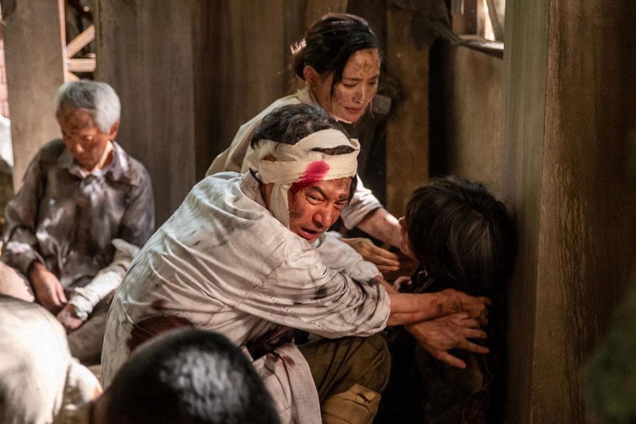 原爆投下直後に治療にあたる永田医師(吉岡秀隆)と妹・ユリカ(中村ゆり) (C)NHK