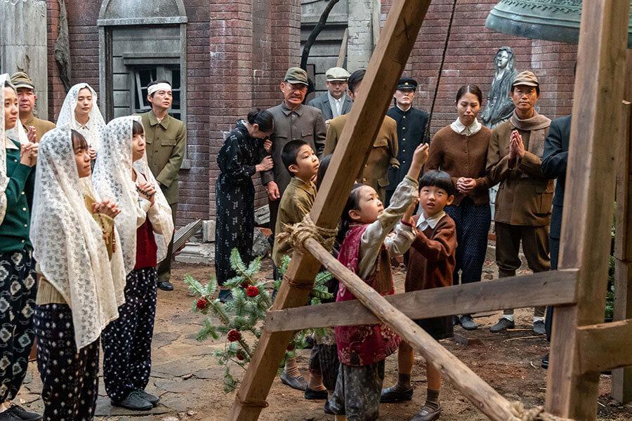 廃墟となった瓦礫のなかから掘り出された鐘をつり上げた町の人たち (C)NHK