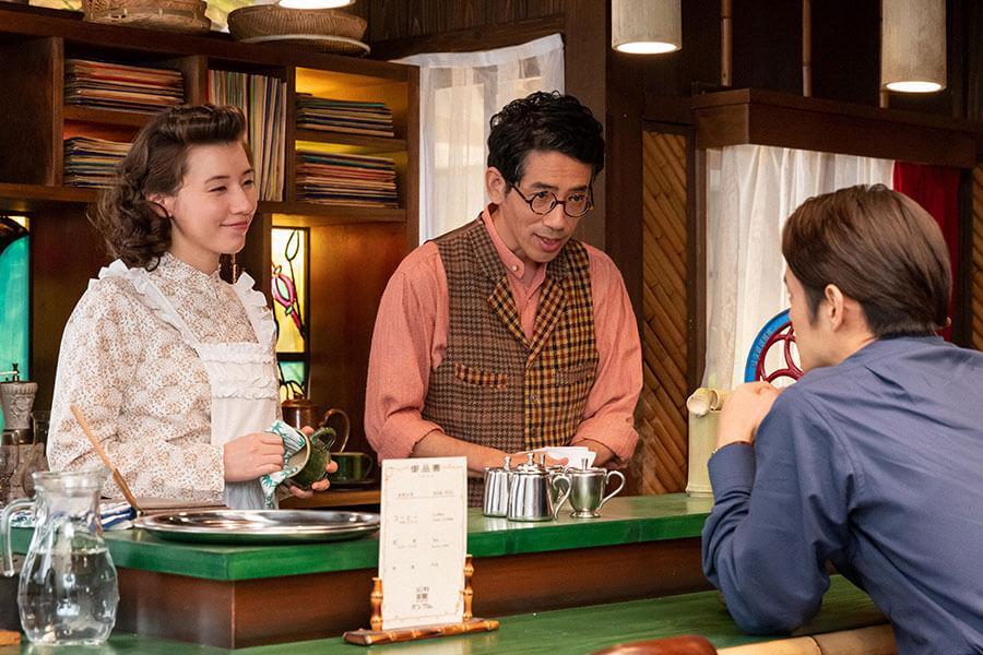 喫茶「バンブー」で談笑する店主の保(野間口徹)と恵(仲里依紗)、裕一(窪田正孝) (C)NHK