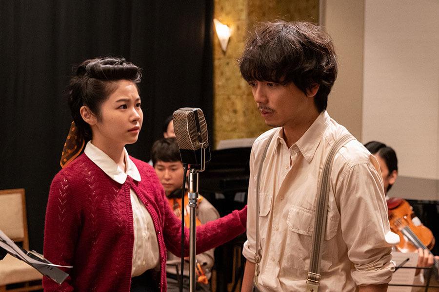 レコーディングブースで久志(山崎育三郎)を支える藤丸(井上希美) (C)NHK