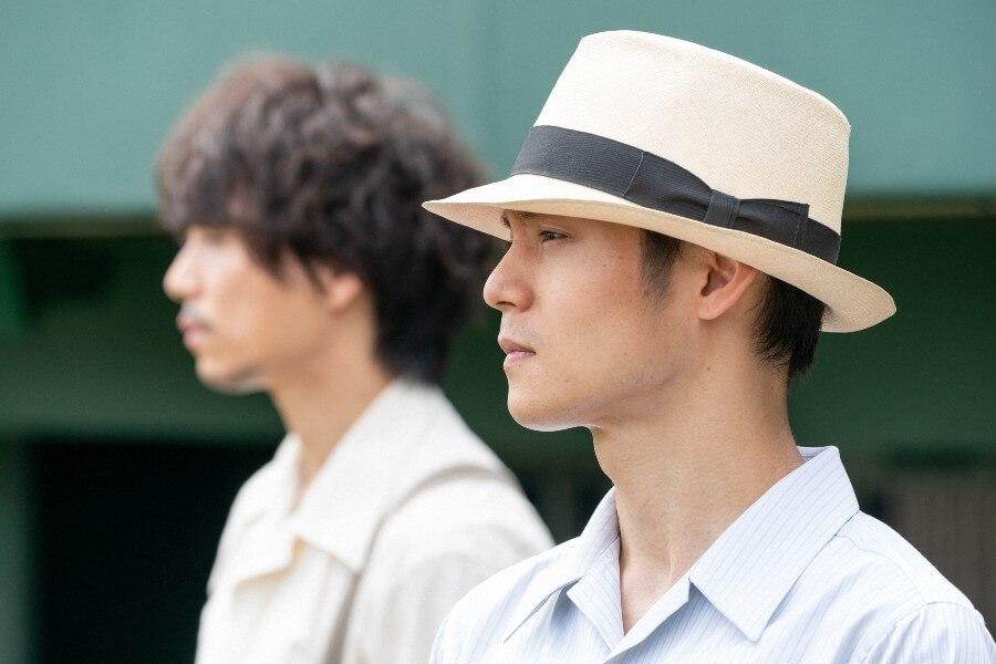 野球場を訪れる久志(山崎育三郎)と裕一(窪田正孝) (C)NHK