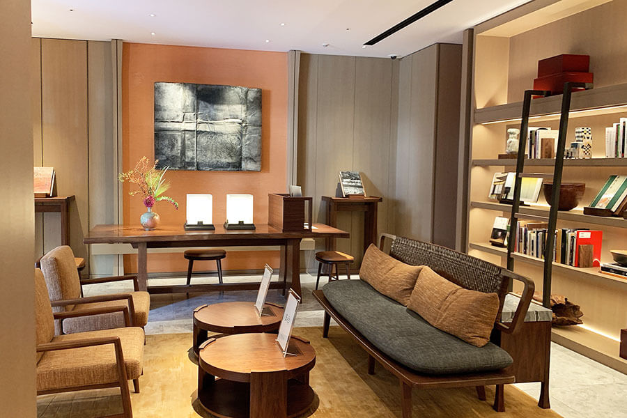 書籍と共に美術工藝品に触れられるライブラリー。京都や庭園、二条城、三井家、琳派、茶の湯など、ホテルゆかりのテーマで選書されている