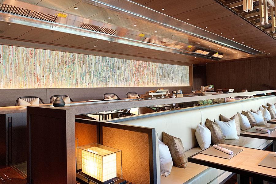 ホテルのシグネチャーレストラン「トキ」。ガストロノミー鉄板と題し、鉄板を備えたカウンター席ではライブ感あふれる食事を楽しめる