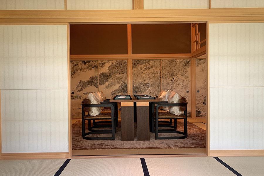 この地にあった三井総領家の邸宅の一部を総檜造で再現した「四季の間」。お茶会や2つのレストランの別室として利用できる