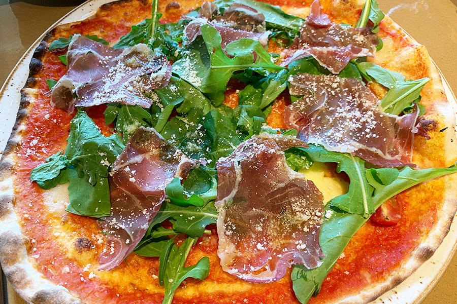 イタリア料理「FORNI」では薪窯を備え、ミラノスタイルのピッツァを提供。プロシュット、モッツァレラ、ルーコラなどをトッピングした「ピッツァロッソ」