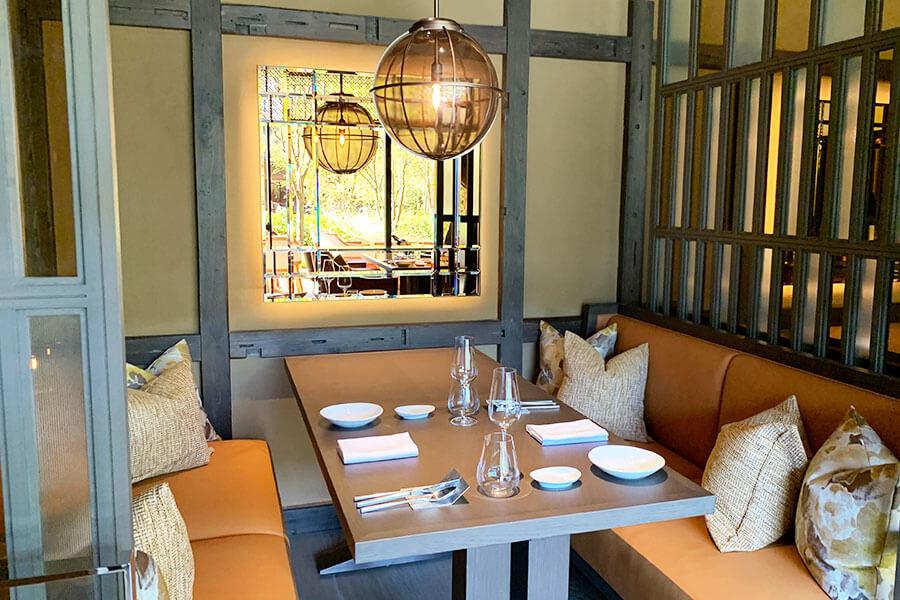 どの席からも庭園が望める日本庭園を望むイタリア料理「FORNI」の店内