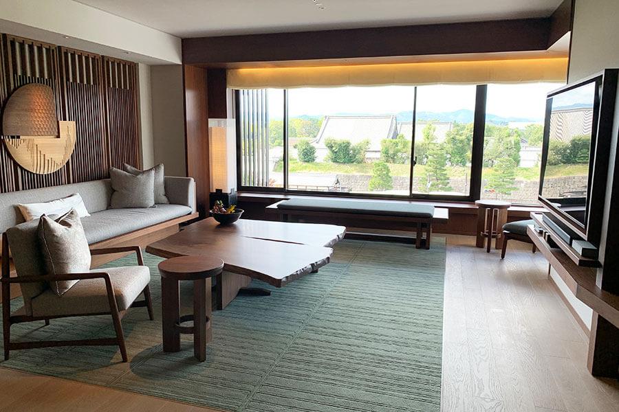 糸屋格子を模したデザインなど、モダンながら「京都らしさ」を感じる。二条城を望む「ニジョウスイート」
