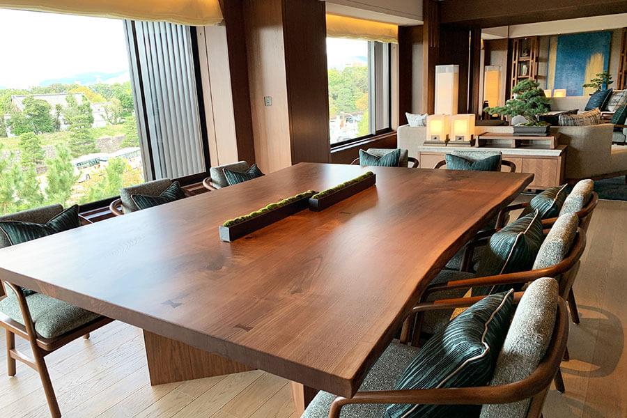 6タイプあるスイートのなかでも最高級の「プレジデンシャルスイート」。213平米の広さを有し、ダイニングには、10人掛けのテーブルも