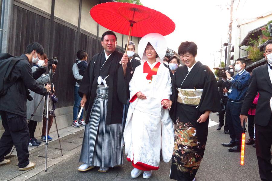 道中、晴れやかに歩く新郎新婦(11月23日・姫路市)