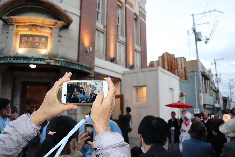 花嫁行列の終点、レストラン「旧網干銀行 湊倶楽部」でも、多くの人が待ち受けた(11月23日・姫路市)
