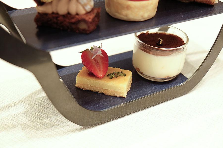 写真左から「リコッタとクリームチーズのチーズケーキ」と、リキュール「アマレット」のジュレを忍ばせたモダンな「ティラミス」