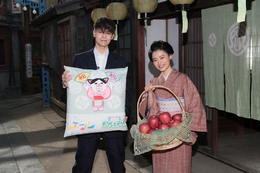 お互いのドラマを象徴するプレゼントを贈り合った窪田正孝と杉咲花(11月19日、提供:NHK大阪)